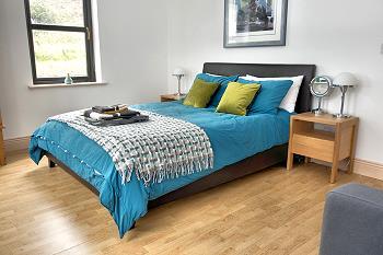 Chambre avec lit double au rez-de-chaussée