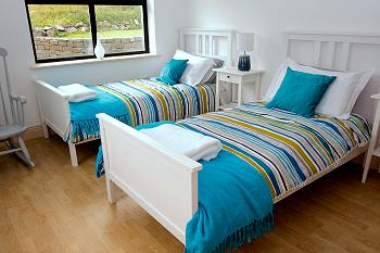 Chambre avec deux lits individuels au rez-de-chaussée